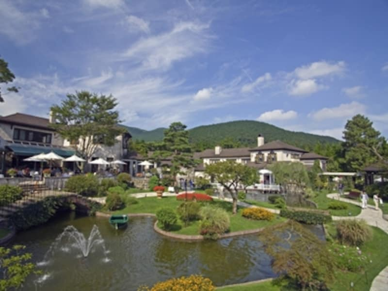 中央の池を取り囲むようにヨーロッパの街並みを思わせる建物が立ち並ぶ「箱根ガラスの森美術館」