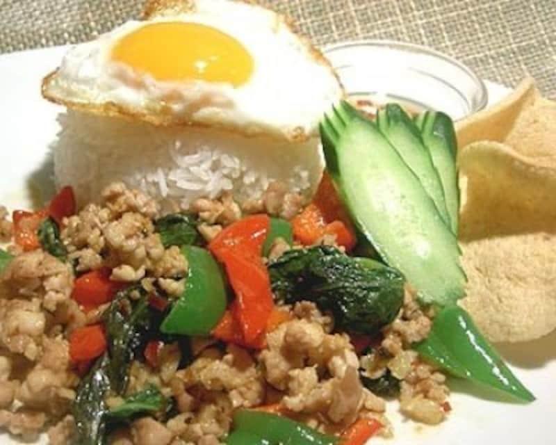 タイ料理定番の鶏肉のバジル炒めごはん