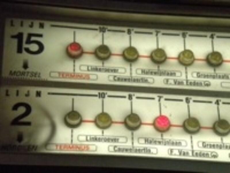 ランプ表示で前の電車が何分後にくるかわかる