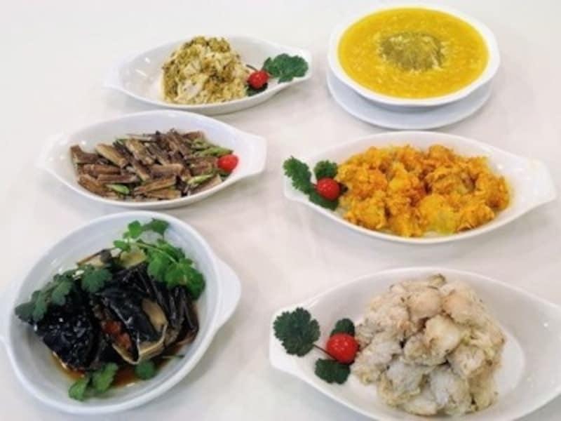 蟹のオンパレード!蟹の各パートを違った味付けで楽しむ事ができる。右上から時計回りで:蟹みそフカヒレ(320元)、蟹のむき身+蟹みそ(580元)、蒸し蟹爪(420元)、酔っぱらい蟹(50元)、蟹の脚肉とアスパラガスの炒め物(350元)、オス蟹の炒め物(580元)※フカヒレ以外は4名分の料金