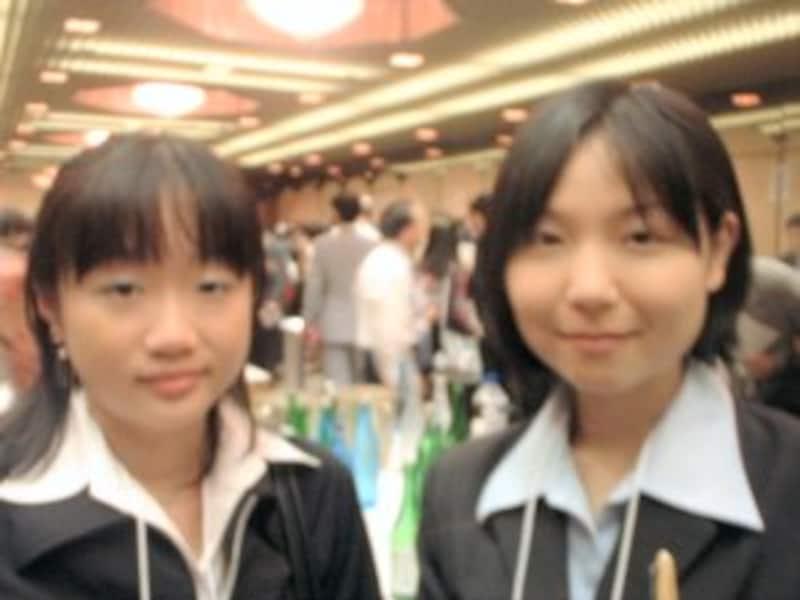 只今イチゴや牡丹を研究中の農大生、篠崎咲子さんと森紗夕希さん