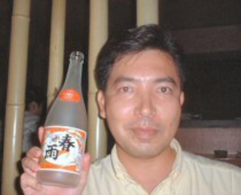 大好きな『カリー春雨』の宮里徹氏。新酒のカリーは透明ボトルだ