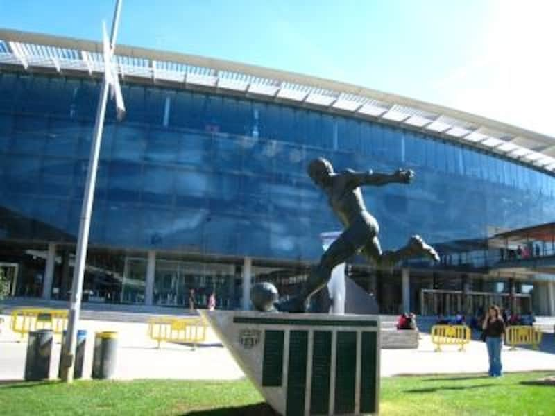 F.C.バルセロナのカンプノウスタジアムは見学者が絶えない