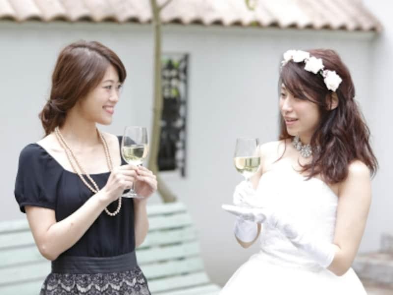 カジュアルな結婚式の招待状には、「平服でお越しください」と書かれていることも多くなっています。