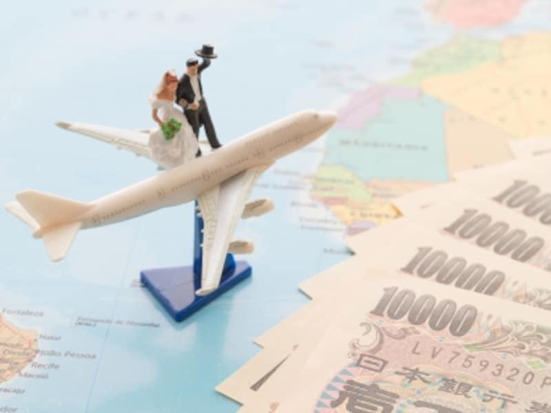 招待者の全額負担が定説でしたが、実際は結婚式のついでに帰省や旅行を兼ね、延泊するなどのことがあり、交通費・宿泊費は自分持ちという事例も増えています