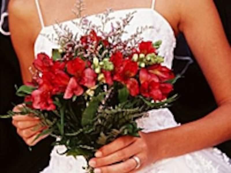 披露宴の開かれる時間帯、場所、形式や主催者との関係で当日の服装は変わってきます。