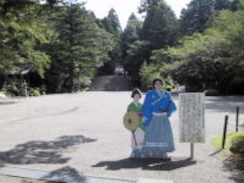 三の鳥居をバックにして、坂本龍馬・おりょう夫妻の新婚旅行記念看板
