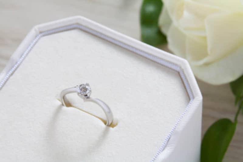 予算や準備の時期が気になる婚約記念品