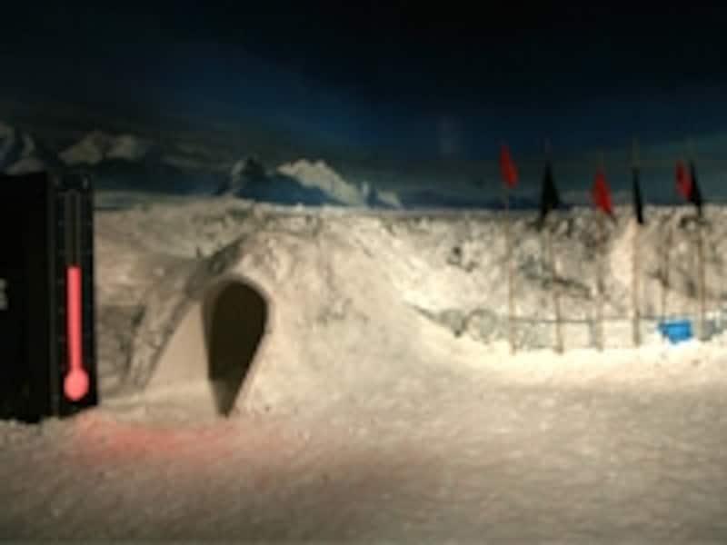 雪の積もる部屋で南極の吹雪を体験