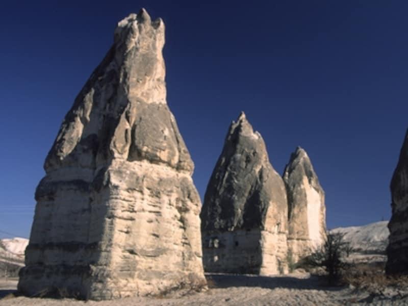 ギョレメ村の奇岩。こんな岩が街のあちこちから突き出している©牧哲雄
