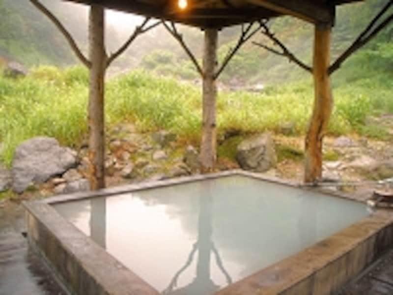 乳頭温泉郷では乳白色の硫黄泉が多い。黒湯温泉露天風呂