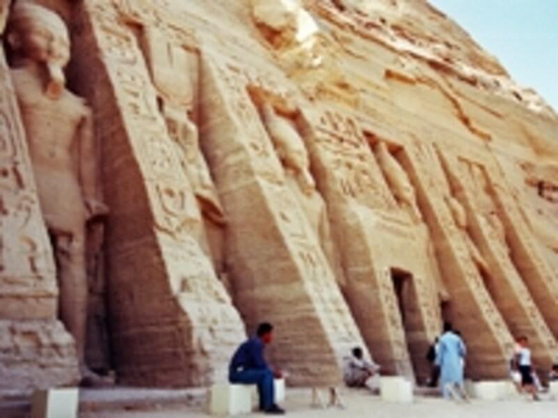 ネフェルタリに捧げられた小神殿。王妃の像は王の足下に小さく並べられるのが一般的で、このように巨大な立像が立ち並ぶ例は他にない