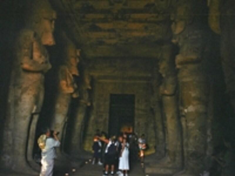 大神殿の大列柱室。立像はすべて神化したラムセス2世像。壁には戦争や神々との交流を描いたレリーフがビッシリと刻まれている