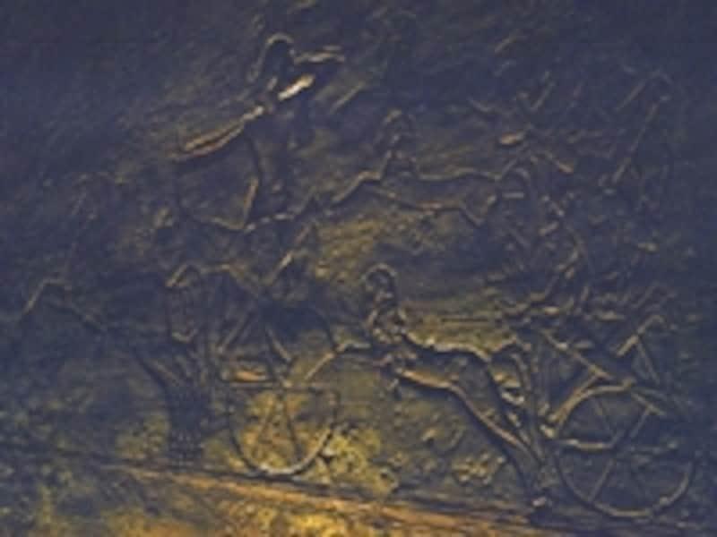 カデシュの戦いで、戦車に乗って敵を蹴散らすラムセス2世のレリーフ。同様の勝利のレリーフはルクソール神殿などでも見ることができる