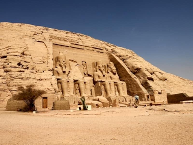 アブシンベル大神殿。座像はいずれもラムセス2世像。ラムセス2世が太陽神を名乗ったように、ファラオは神として古代エジプトを統治した