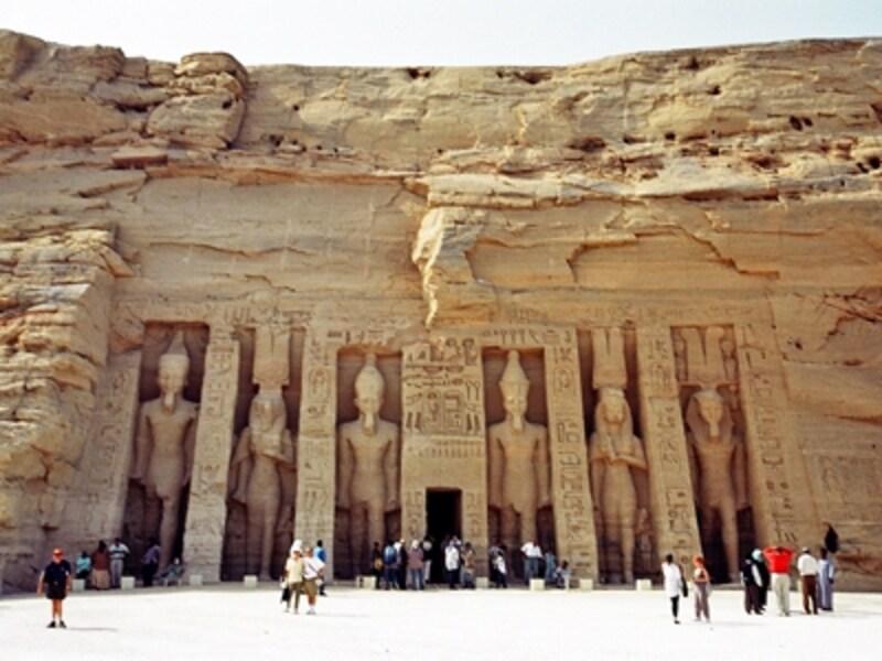 愛と美の女神ハトホルを祀った小神殿。ハトホル神殿、ネフェルタリ神殿とも呼ばれる。左から2番目と右から2番目がネフェルタリ像で、他の4体はラムセス2世像