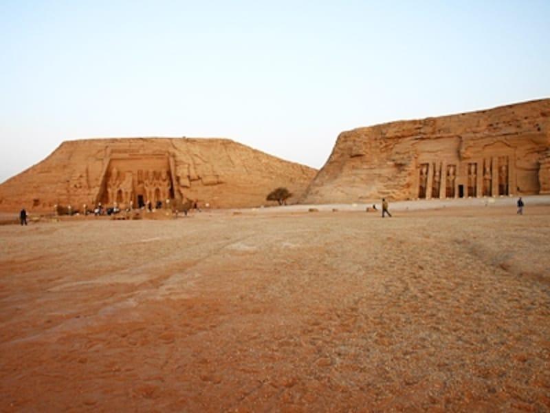 砂漠に広がるアブシンベル全景。左が大神殿で、右が小神殿