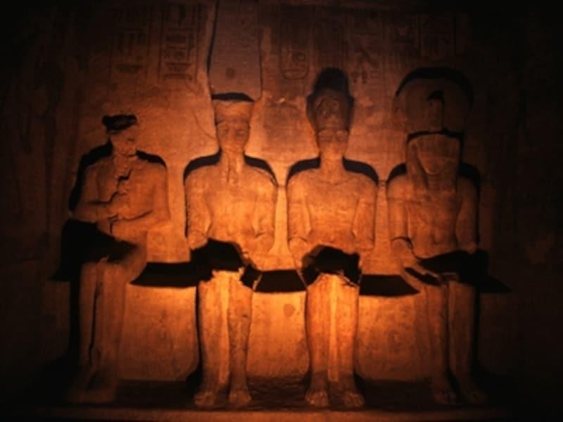 大神殿至聖所の神像。右からラー・ホルアクティ、ラムセス2世、アメン・ラー、ブタハ。年に2回、朝日が60mもの回廊を通り抜けて至聖所の3体の神像を照らし出す。冥界の神ブタハには光が当たらない