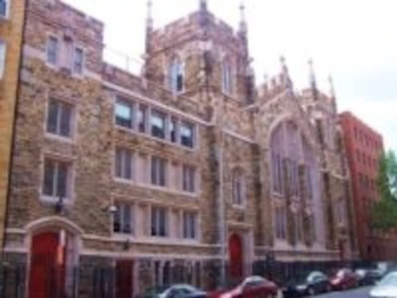 歴史を感じさせる教会外観