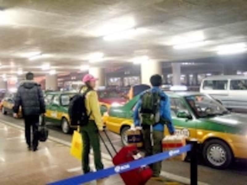 空港のタクシー乗り場