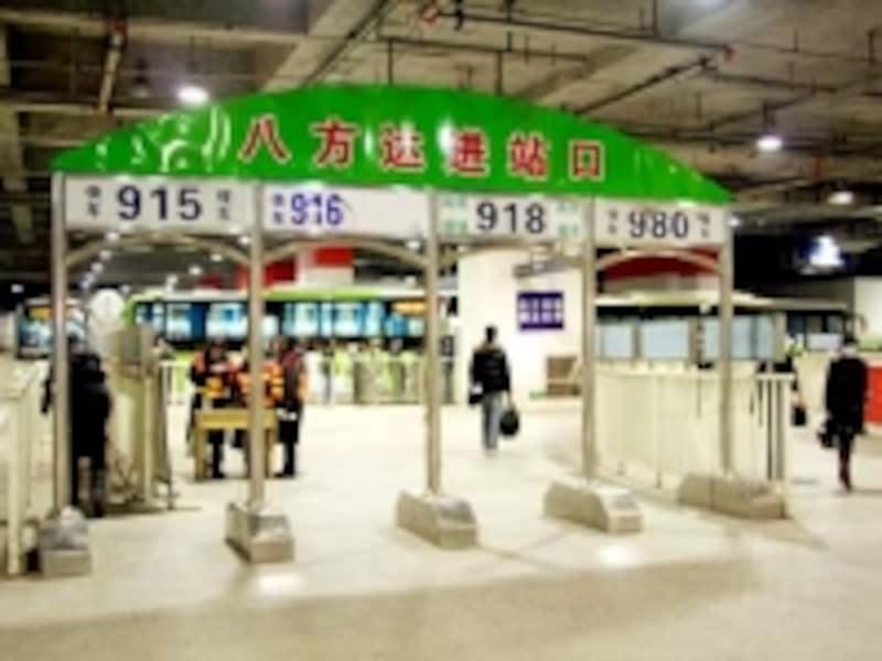 東直門駅内部