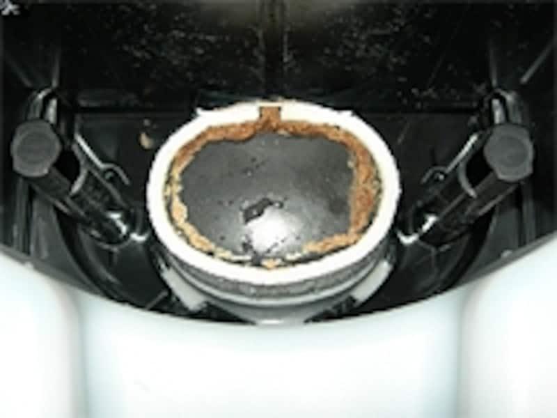 2日間使用した状態。蒸発布と発熱筒の境目に茶色い汚れがたまってます