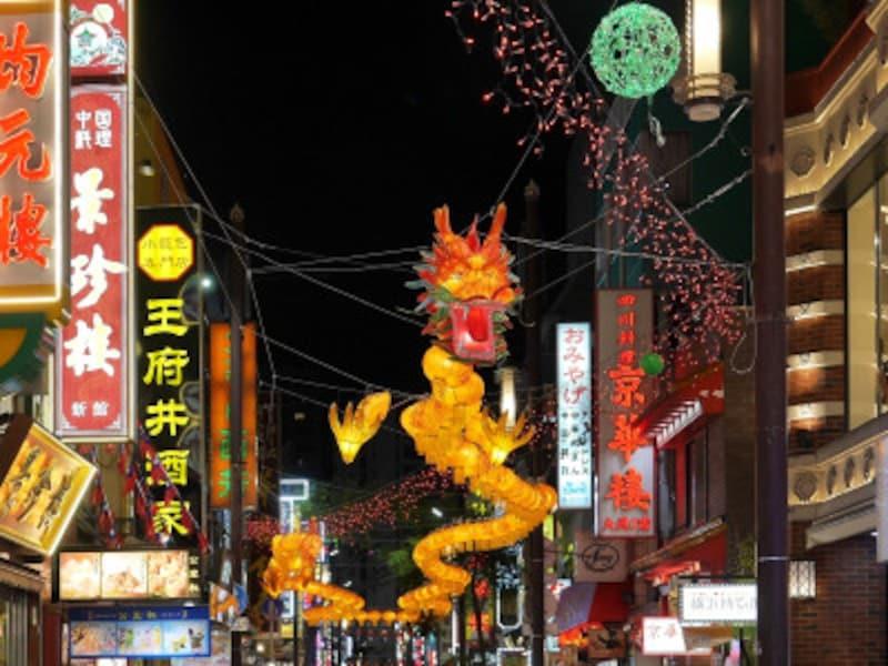 中華街大通りでは150個の提灯からなる龍が、関帝廟通りでは小ぶりの龍が中華街を通りを彩ります。期間中毎日、16:00~24:00まで点灯(2018年11月1日撮影)