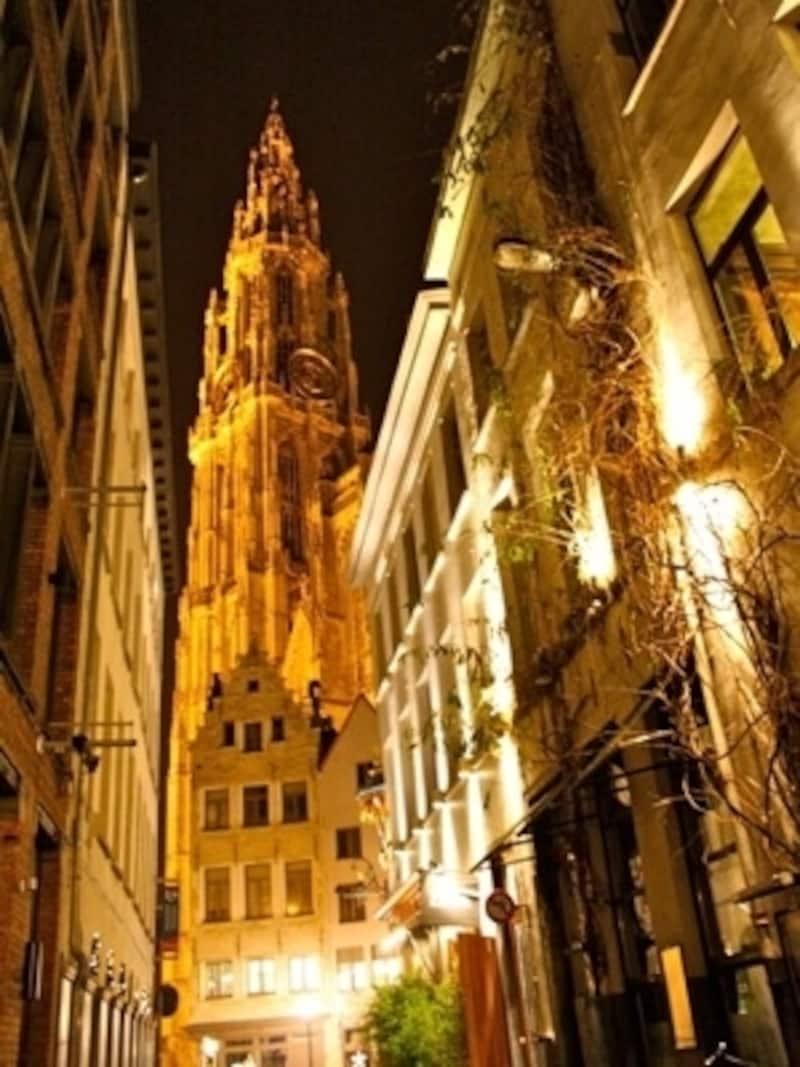 123mètresの優美な塔が町を見下ろす