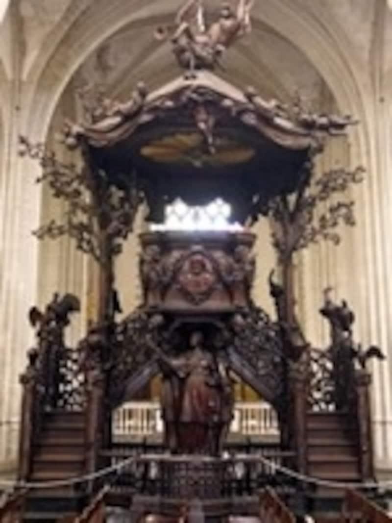 彫刻が見事な木の説教台
