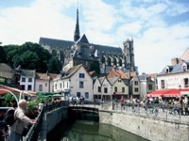 運河が流れるサン・ルー地区から大聖堂を望む©ATOUTFRANCE/CRTPicardie/SamBellet