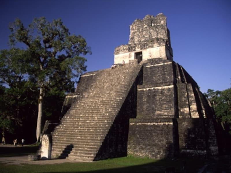 均整のとれた威容を誇るティカルのII号神殿、別名「仮面神殿」。高さ38m、700年前後の建築©牧哲雄
