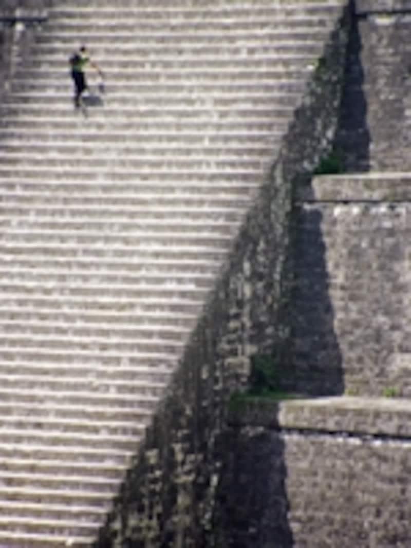 II号神殿の斜面。II号神殿はI~V号神殿の中でもっとも小さいとはいえ、こうしてみるといかに巨大で急斜面かわかる