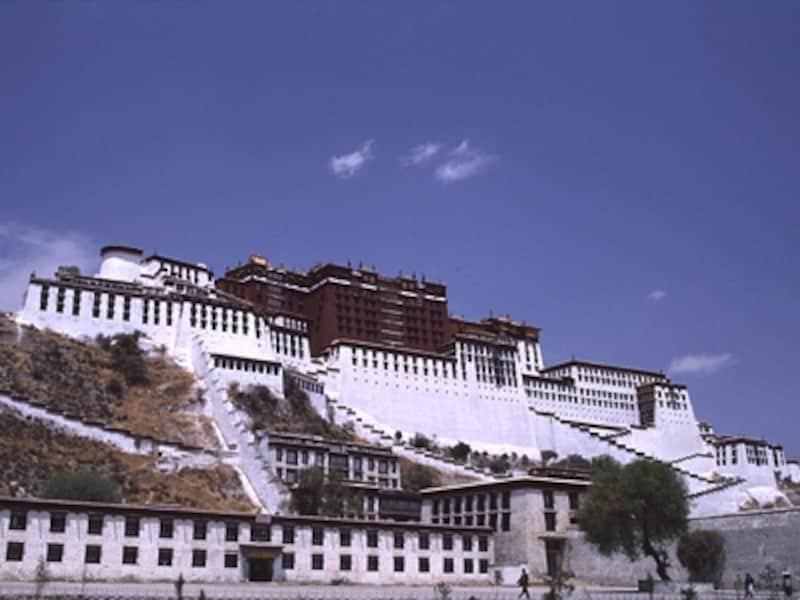 観世音菩薩の化身、ダライ・ラマが暮らすポタラ宮。ただし、ダライ・ラマ14世は現在インドのダラムサラで、亡命政府となったガンデンポタンを率いている©牧哲雄