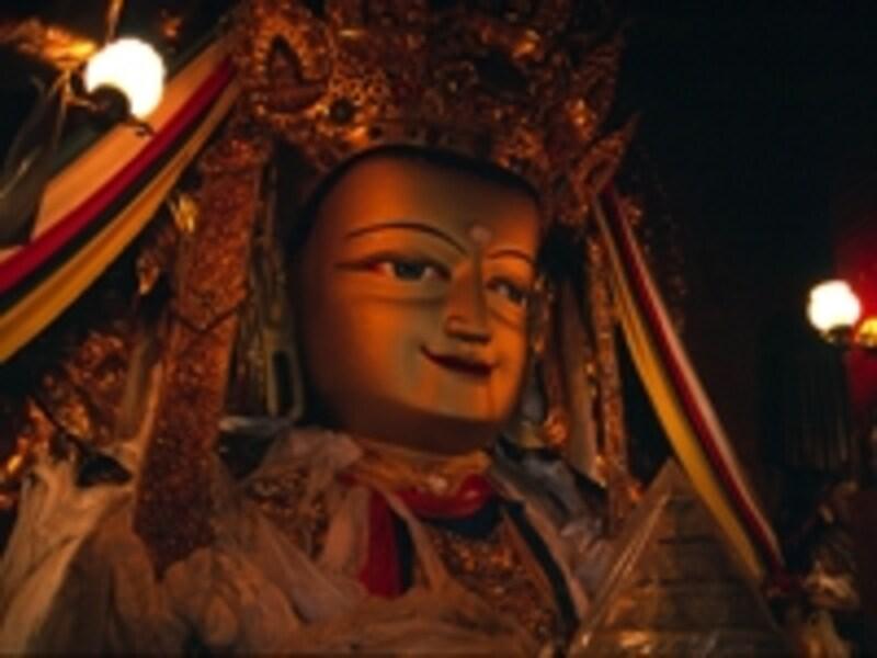 チベット仏教の仏像。カラフルに、生々しく彩られた艶やかな姿は日本の仏像とは趣が違う©牧哲雄