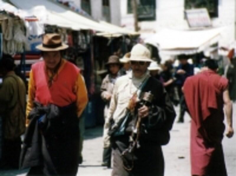バルコルを行く人々。中央の男性は手にマニ車を持っている©牧哲雄