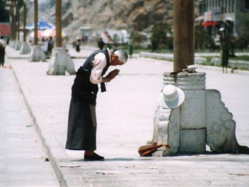 ポタラ宮へ祈りを捧げるおばあさん。人々はみな純朴だ©牧哲雄