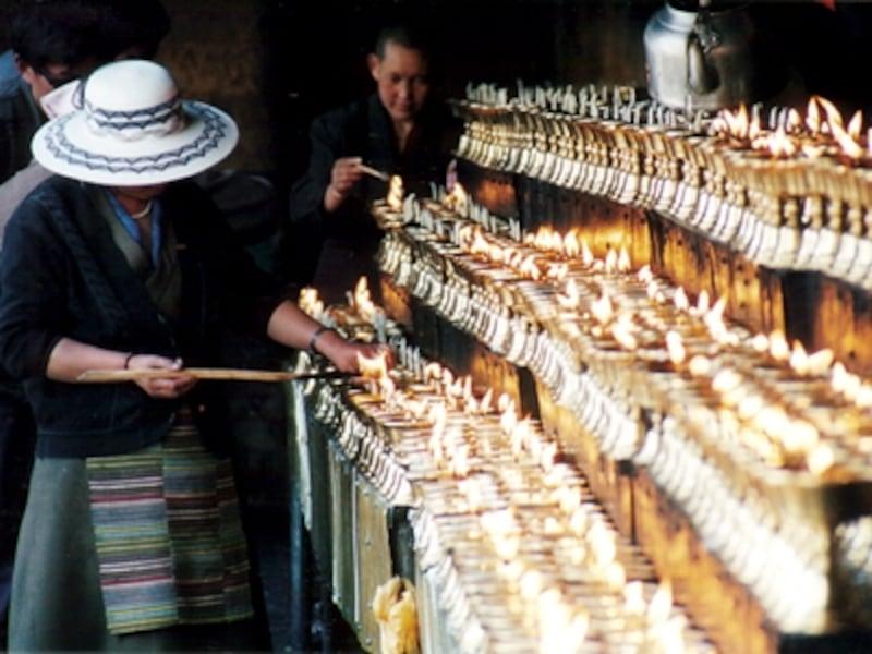 バター・ロウソクの香りが立ち込めるジョカン入り口©牧哲雄