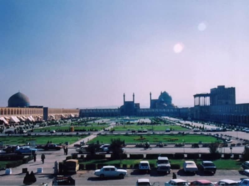 バザールの2階から見たイマーム広場。正面がイマーム・モスク、左がシェイク・ロトフォラー・モスク、右にアリ・カプ宮殿。砂漠中のオアシス都市の水への想いから、イスファハンは噴水や水路が各所に見られ、水を美しく見せる工夫であふれている©牧哲雄
