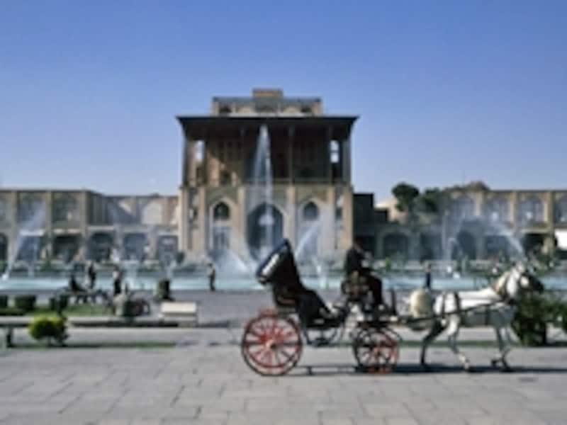 噴水越しに見たアリ・カプ宮殿。手前は観光客用の馬車©牧哲雄