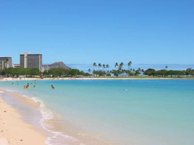 ワイキキビーチに比べて騒がしくなく、穏やかな雰囲気のビーチ。朝夕はジョギングやウォーキングで汗を流す人の姿も