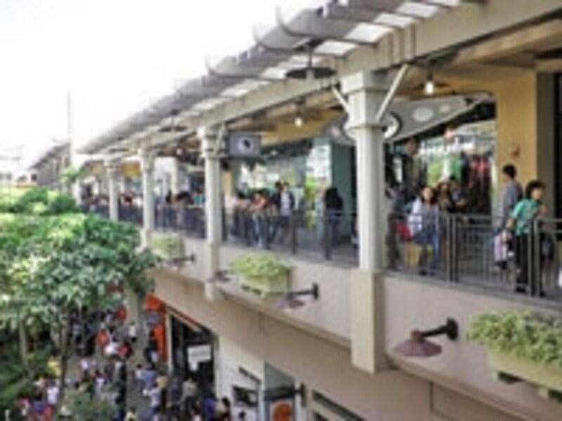 オアフ各所へのバスターミナルの役目も果たすアラモアナセンター