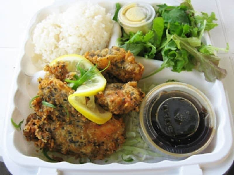 ポン酢で食べるキャットフィッシュのフリカケ天ぷら。白身魚にサクサクの衣、甘めのポン酢が絶妙にマッチ