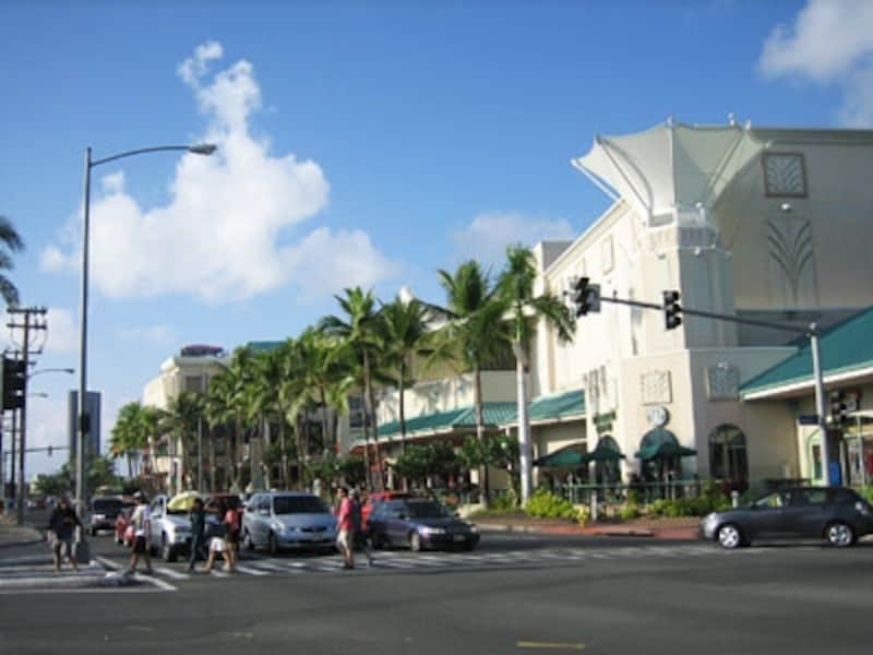 ワードセンター、ワード・エンターテイメント・センターなどアウアヒ通りの両サイドに複数の商業施設が並ぶワードセンターズ