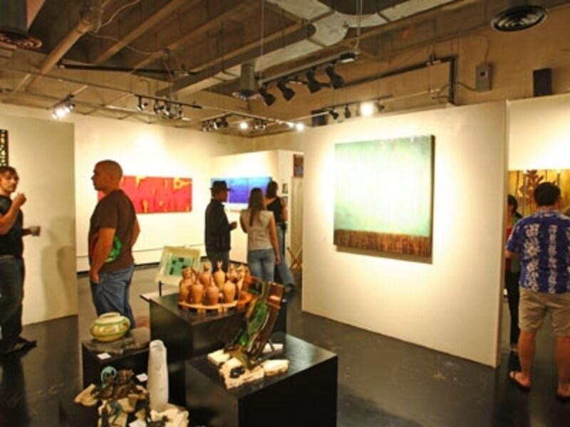 毎月第1金曜の夜、アートを楽しむローカルで賑わうギャラリー