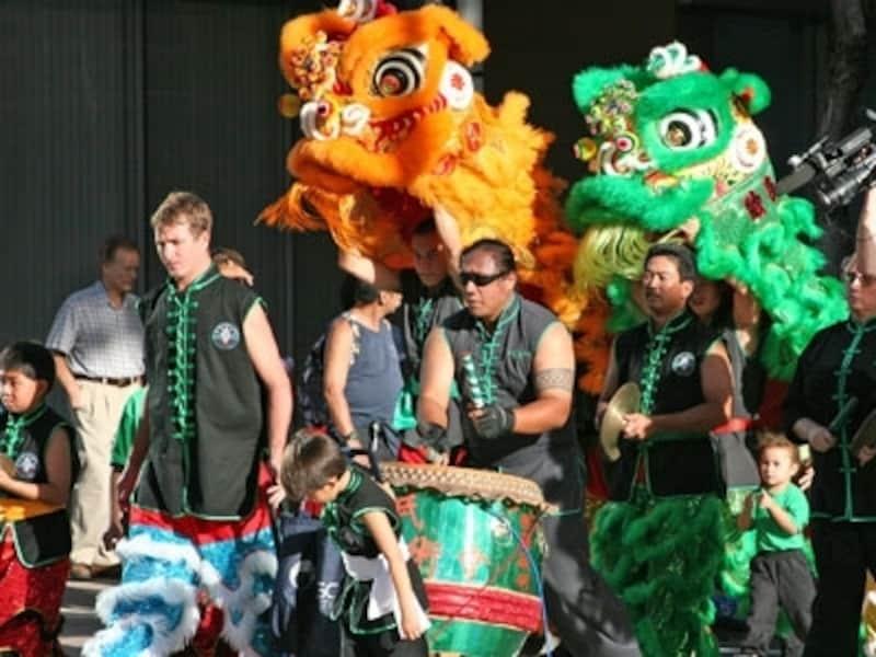 幸運を呼ぶライオンダンス(獅子舞)がチャイナタウンを練り歩く