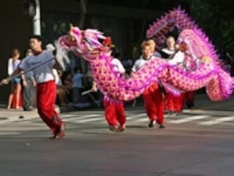 獅子舞や龍舞がダウンタウンからチャイナタウンまで、ホテル通りをパレード