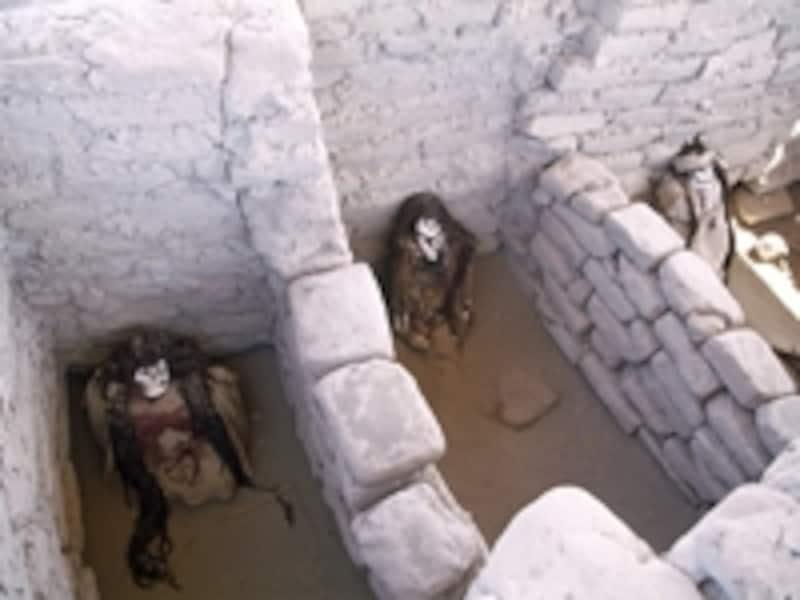 ナスカ時代の墓、センテメリオ。遺体は東に向かって埋葬されている©牧哲雄