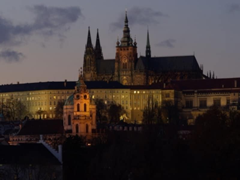 聖ヴィート教会の尖塔が威厳を放つプラハ城