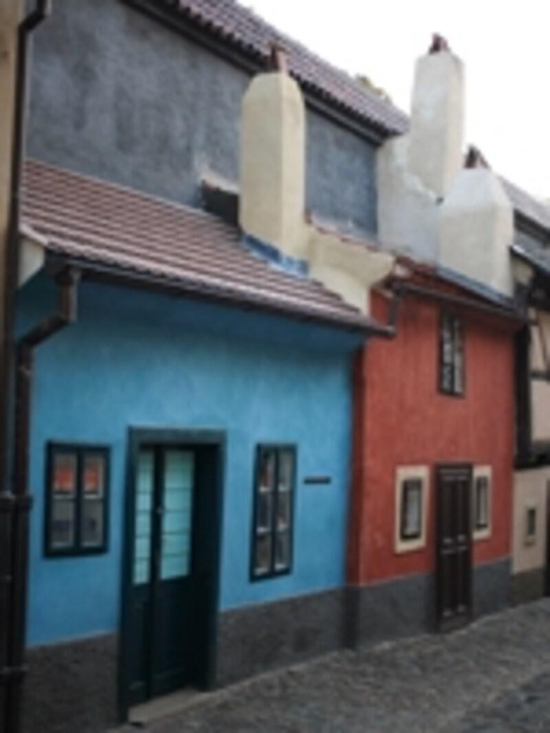 その昔、錬金術師が住んでいたとの伝説があるプラハ城の黄金小路。作家フランツ・カフカが書斎に間借りしていたことも