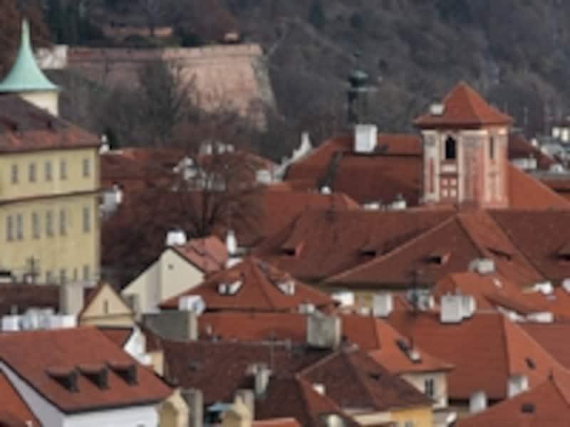 赤い瓦屋根が印象的なプラハの街並み